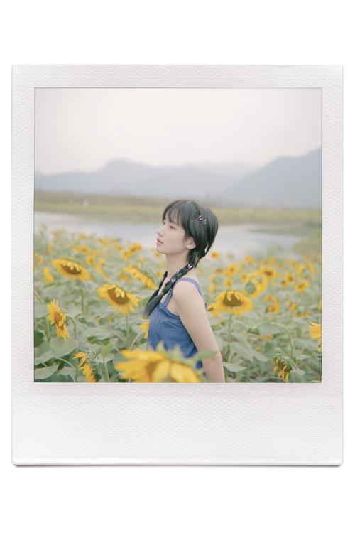 蓝色连衣裙 黄色向日葵